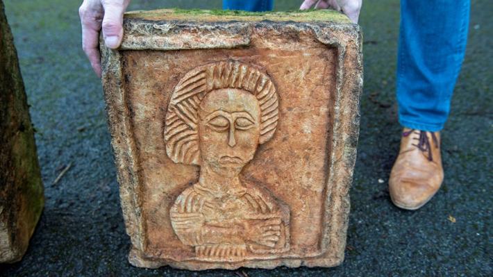 Dos piedras esculpidas de al menos mil años encontradas en un jardín inglés: Fueron robadas hace 15 años