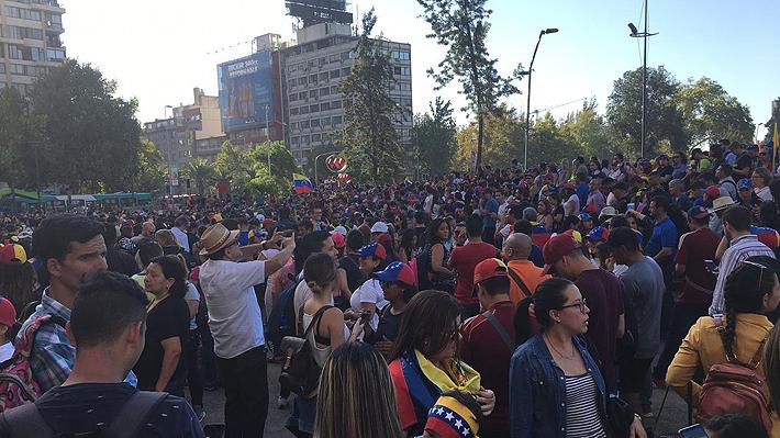 """Venezolanos se manifiestan en Plaza Italia en apoyo a Juan Guaidó, """"Presidente encargado"""" de Venezuela"""