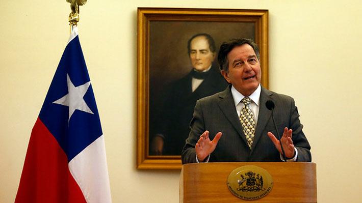 """Canciller asegura que se mantendrá representación en Caracas y que se """"estudia"""" situación de embajador de Maduro en Chile"""
