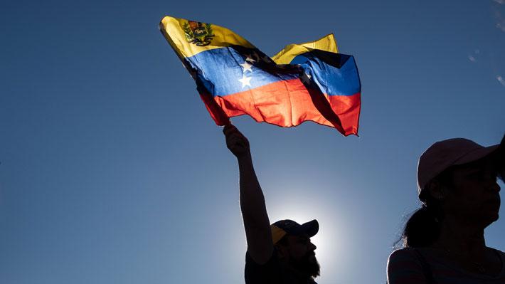 Venezuela con dos presidentes: Los escenarios que plantea la crisis en el país caribeño