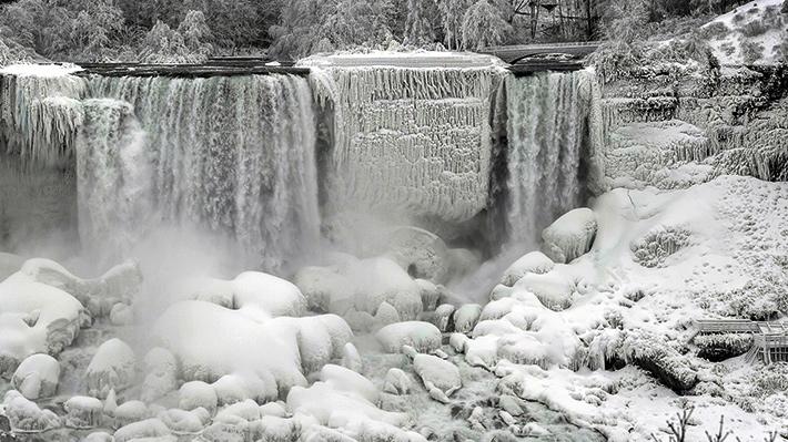 Fotos: El frío crea un paraíso invernal y congela parte de las cataratas del Niágara