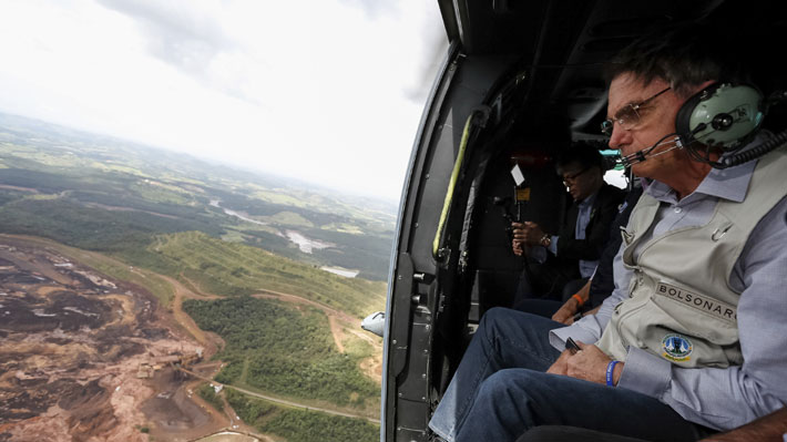 """Bolsonaro sobrevoló zona afectada por ruptura de dique en Brasil y dijo que es dífícil """"no emocionarse"""" ante la tragedia"""