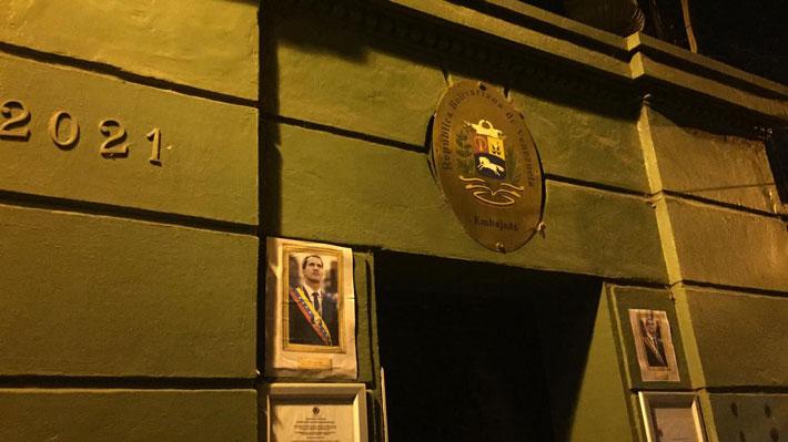 Embajada de Venezuela en Chile amanece con fotos de Juan Guaidó en su fachada