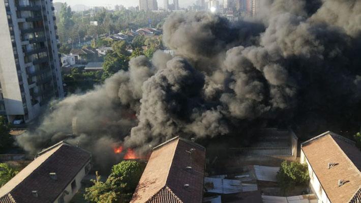 Incendio afecta a taller automotriz e inmueble aledaño en cercanías del Parque O'Higgins