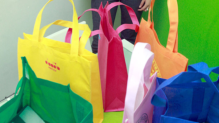 Gremio de bolsas reutilizables abre polémica: Denuncia que la ley prohíbe las plásticas y también las que ellos producen