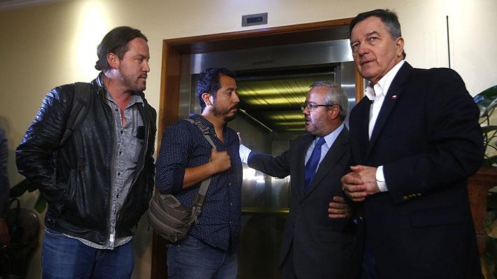 Equipo de TVN detenido en Venezuela arriba a Chile y se reúne con canciller Ampuero