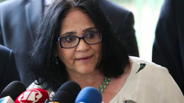 Acusan a ministra de Bolsonaro de haber secuestrado a niña indígena que cuida como su hija