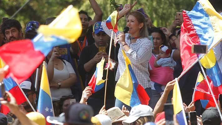 """Venezolanos anti Maduro se reúnen en Santiago y exigen a Bachelet que vaya a Venezuela: """"No es lo mismo ver una foto"""""""