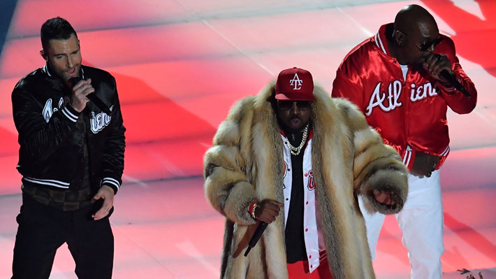 Maroon 5 lideró el esperado show de medio tiempo del Super Bowl