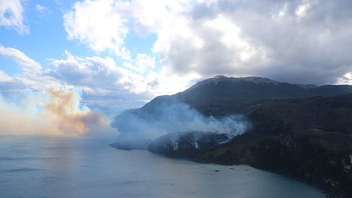 Decretan Alerta Roja por incendio forestal de rápida propagación en cercanías de las Catedrales de Mármol en Aysén