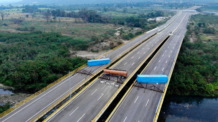 Denuncian bloqueo militar de puente por el que podría entrar ayuda humanitaria a Venezuela