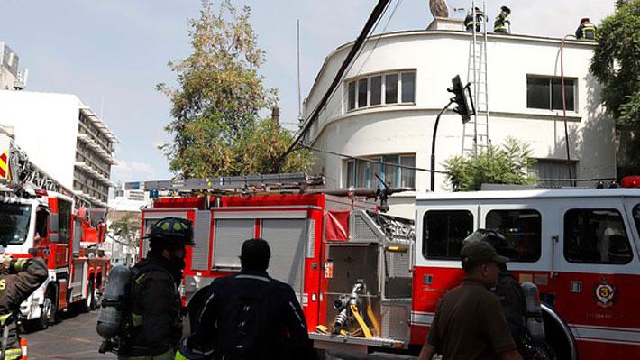 """Bomberos controla incendio que afecta antigua propiedad de """"La Quintrala"""" en Providencia"""