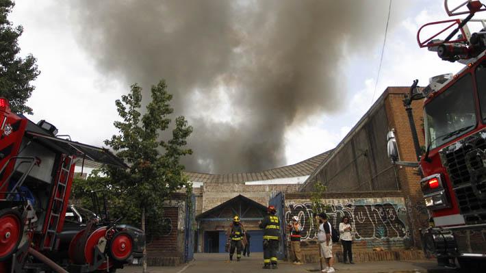 Incendio en barrio Meiggs deja al menos 20 locales comerciales con daños y cinco bomberos lesionados