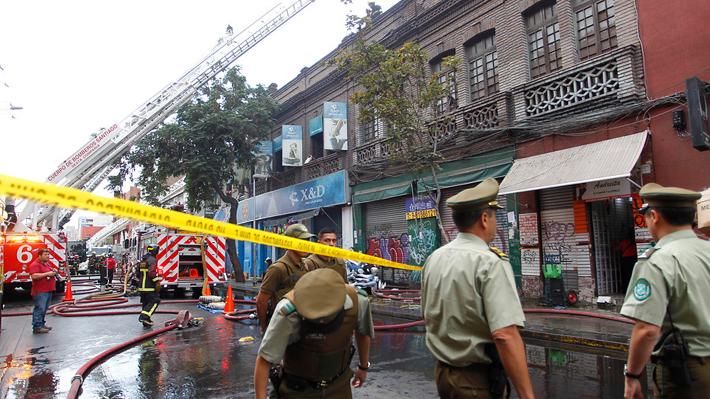 Tienda afectada por incendio en el barrio Meiggs tiene riesgo de derrumbe