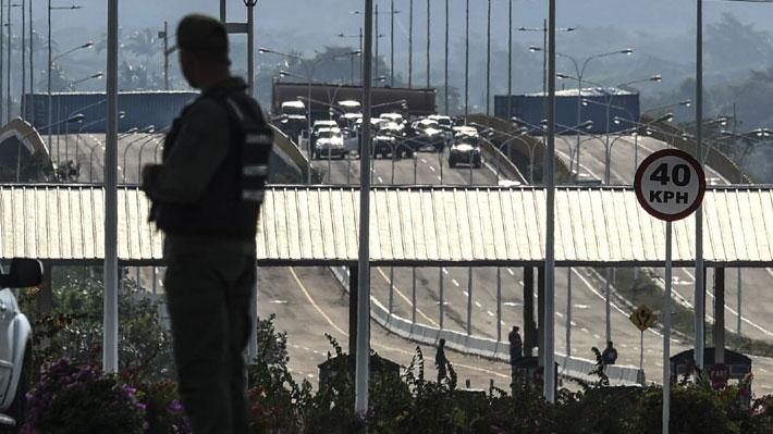 Militares venezolanos refuerzan bloqueo de puente fronterizo con Colombia para evitar paso de ayuda humanitaria