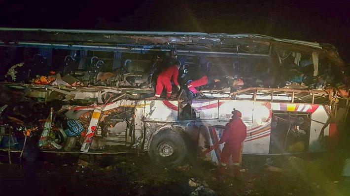 Bolivia: 24 fallecidos y 15 heridos deja choque entre un bus y un camión