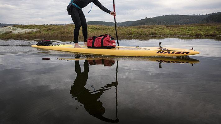Chino viaja todos los días en stand up paddle a su trabajo y se ahorra una hora de congestión vehicular