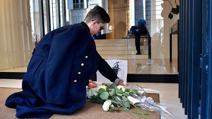 Fanáticos de Chanel dejan rosas blancas frente a exclusiva tienda en París en homenaje a Karl Lagerfeld