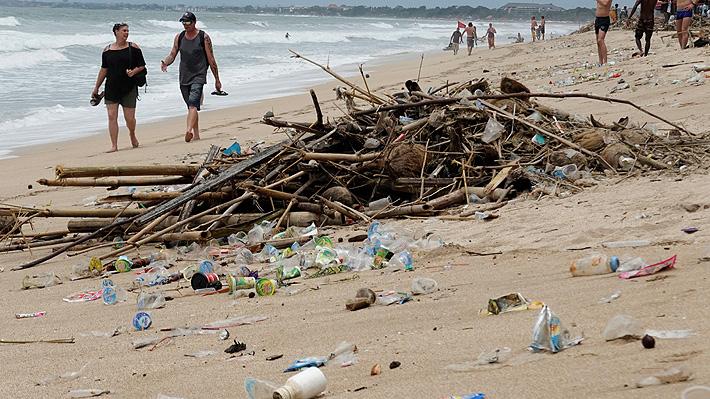 Paradisíaca playa de Bali quedó cubierta de plástico después de una fuerte tormenta