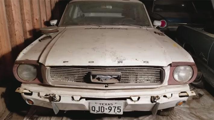 """Mecánicos """"resucitaron"""" un antiguo Ford Mustang Fastback de 1965 que estuvo detenido por 44 años"""