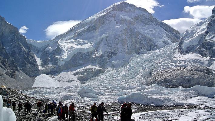 Cierran el campamento base del Everest para poder limpiar la basura dejada por turistas