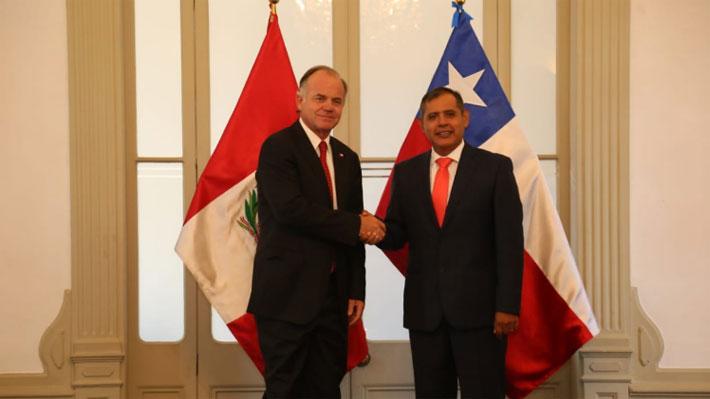 """Ministro de Agricultura firma acuerdo con su par de Perú: """"Más que competencia, podemos ser un complemento"""""""