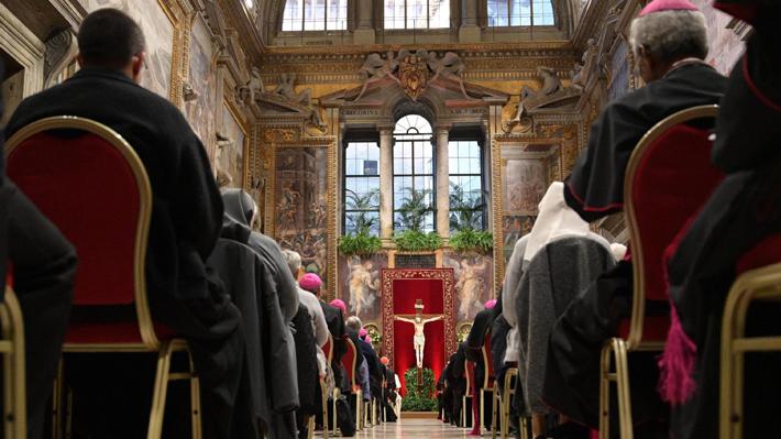 """Chileno entrega su testimonio en nuevo día de la cumbre vaticana: """"Un abuso es la mayor humillación"""""""