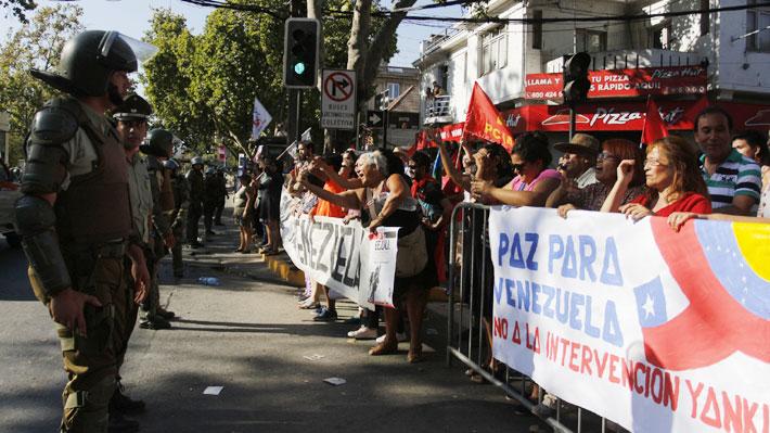 Detractores y adherentes de Maduro se enfrentan afuera de la embajada de Venezuela en Chile