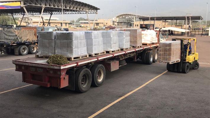 Descargan los camiones tras el fallido intento de llevar la ayuda humanitaria de Colombia a Venezuela