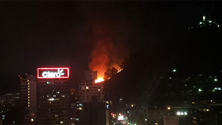 Incendio afecta al Cerro San Cristóbal pero no habría riesgo de propagación a inmuebles