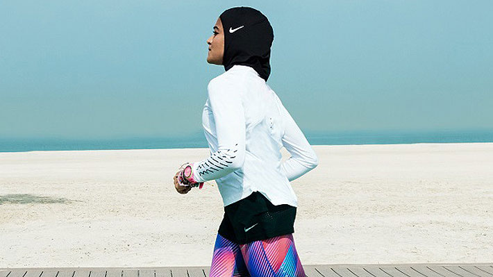 Marca francesa vendería un hiyab deportivo, pero amenazas de boicot y críticas la obligaron a dar pie atrás en cuestión de horas