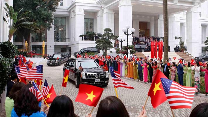 """Donald Trump se reúne con su """"amigo"""" Kim Jong-un en su segunda cumbre"""