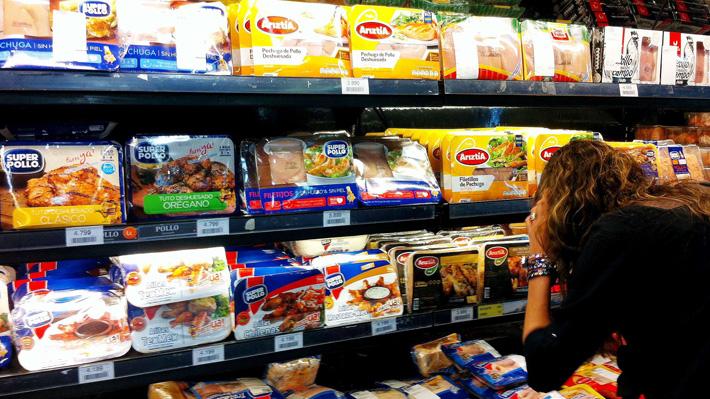 Condenan a tres cadenas de supermercados por colusión en la venta de carne de pollo tras denuncia de la FNE