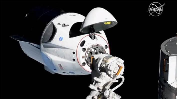"""Cápsula de SpaceX llega con éxito a la Estación Espacial y marca el inicio de """"una nueva generación de viajes espaciales"""""""