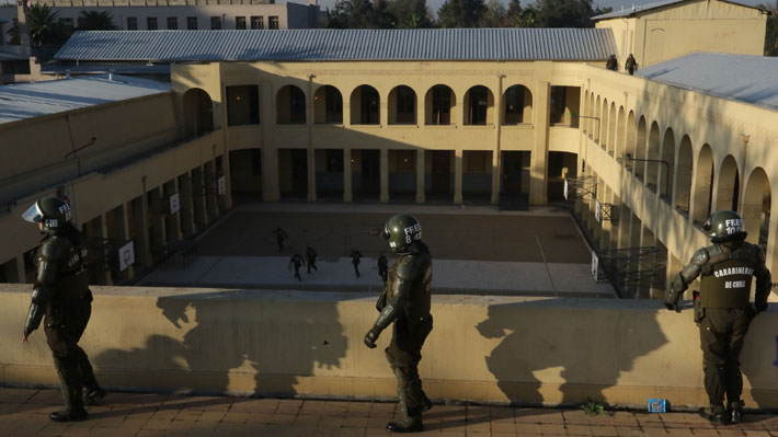 Los detalles del protocolo de uso de fuerza de Carabineros que aborda desalojos y detenciones en colegios