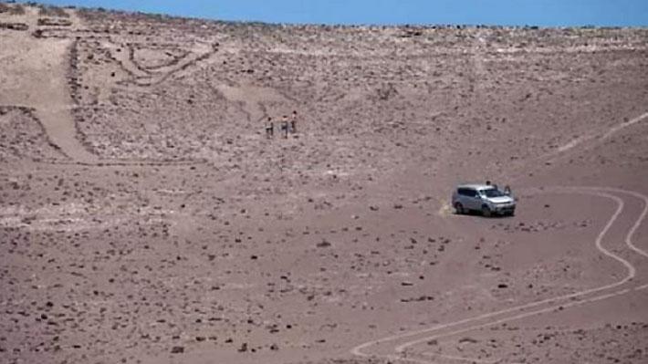 """Turistas son condenados a tres años de presidio y al pago de $6 millones por daños al geoglifo """"Gigante de Tarapacá"""""""