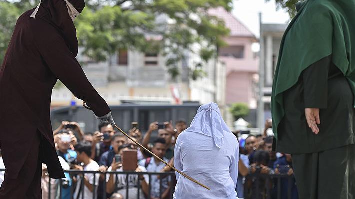 Fuertes imágenes de una flagelación pública en Indonesia: mujeres quedaron sin poder caminar