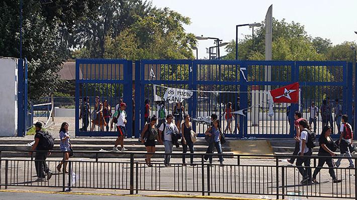 """Decano de U. de Santiago tilda de """"el colmo de lo ridículo"""" huelga de mujeres y desata molestia de estudiantes"""