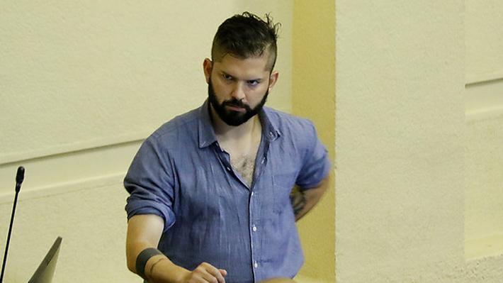 Comisión de Ética sanciona a diputado Boric tras posar con polera que se burlaba de crimen de Jaime Guzmán
