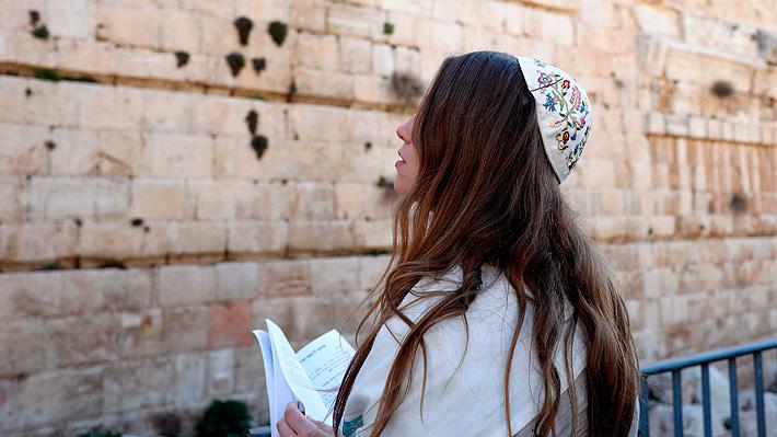 Mujeres intentan rezar en Muro de los Lamentos y son expulsadas violentamente por judíos ultraortodoxos