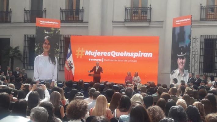 Piñera anuncia proyecto contra acoso cibernético y destaca a Bachelet como mujer pionera en la historia de Chile