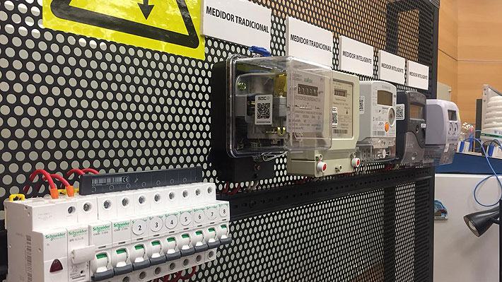 Prueba de la U. de Santiago concluye que medidores inteligentes y antiguos registran el mismo consumo de electricidad