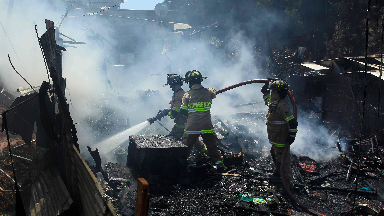 Incendio en Viña del Mar ha alcanzado siete casas y dejado a 14 personas damnificadas
