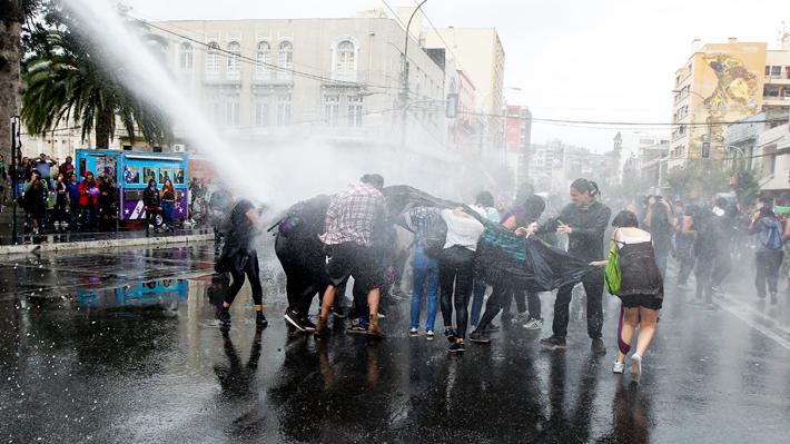 Suspenden a carabinero de carro lanzagua que dejó con lesiones graves a estudiante en marcha del 8M en Valparaíso