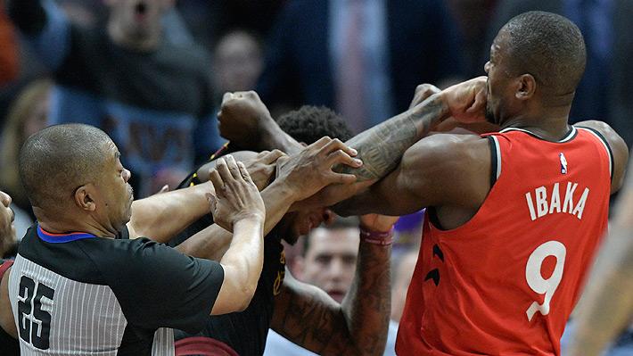 Video: Dos basquetbolistas terminan a los puñetazos en un escándalo en la NBA