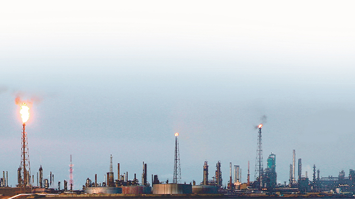 Expertos estiman que tras apagón en Venezuela se acelerará el desplome de su producción petrolera