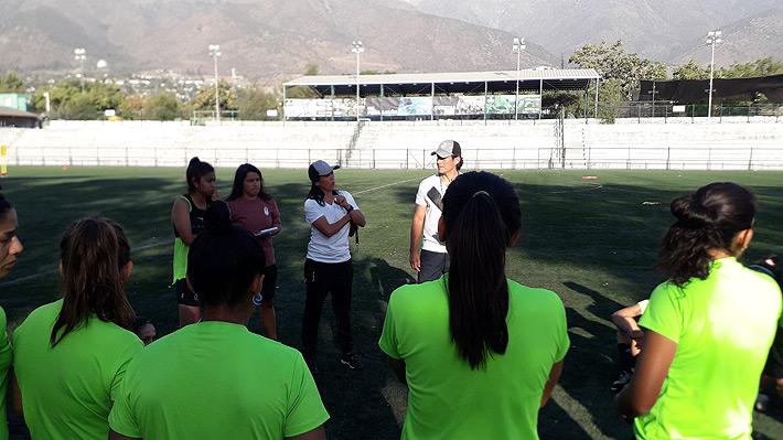 Un ambiente familiar y un golazo de tiro libre: Un día en la práctica del Morning femenino, el equipo premiado por la FIFA