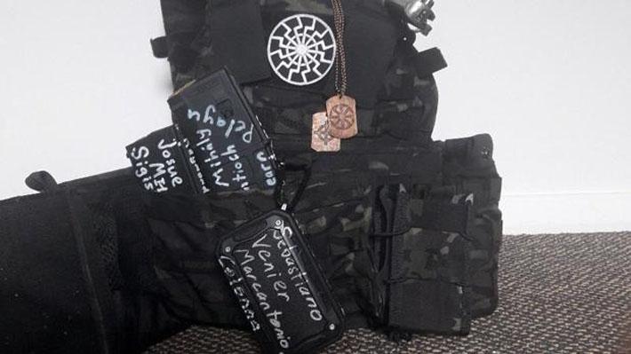 """""""Don Pelayo"""" y neonazi español: Las referencias que uno de los autores del ataque en Christchurch llevaba en su armamento"""