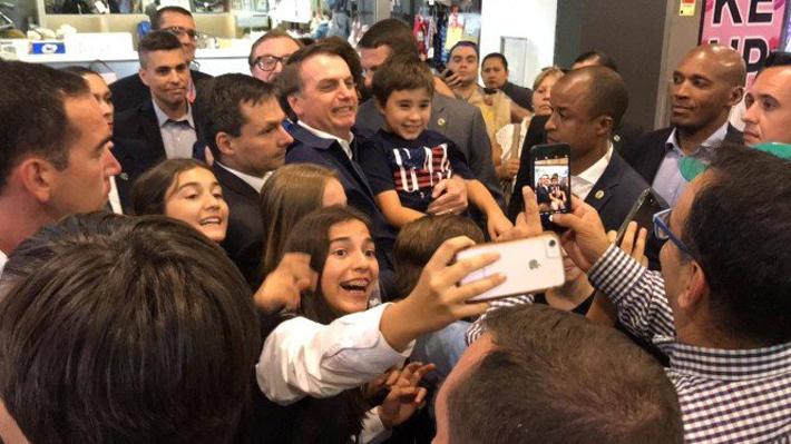 Se sacó selfies y comió hamburguesa: La visita de Bolsonaro a mall capitalino en medio de protesta por su estadía en Chile