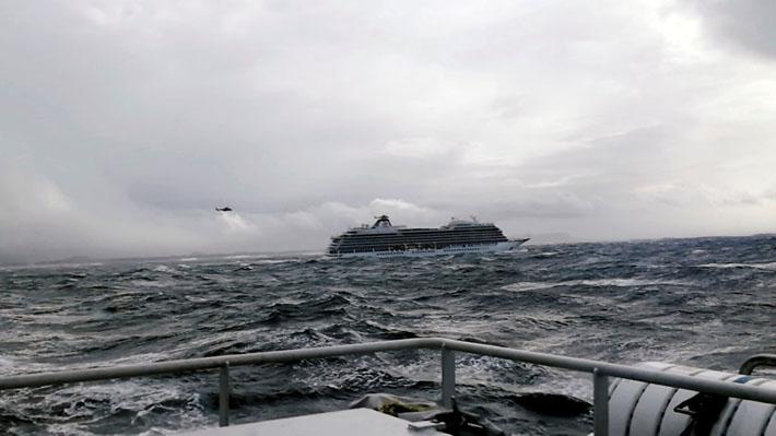 """Ordenan evacuar a 1.300 pasajeros de un crucero en Noruega tras falla de motor y """"mal tiempo"""""""